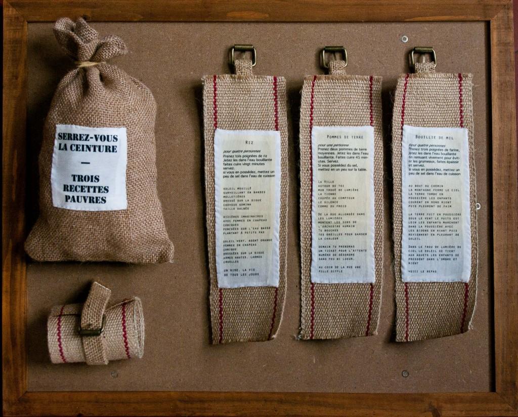 Serrez-vous la ceinture - Trois recettes pauvres (toile de jute, sangle, Tshirt, transfert sur tissu, boucle laiton. Tirage quatre exemplaires.